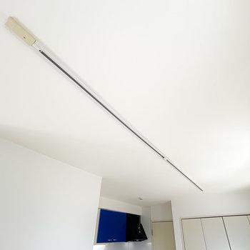 照明はライティングレール。お部屋の照らし方も自由自在に遊べますよ!