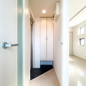 ダウンライトで明るい玄関。ナナメの框が素敵だな〜。