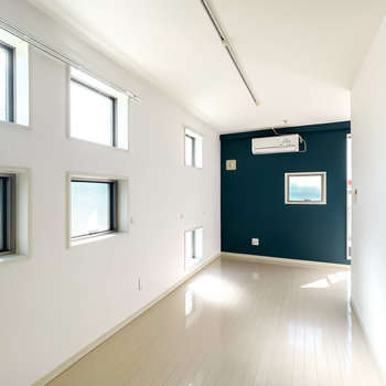 壁に散りばめられた窓が、室内に「陽」という表情を取り込んでくれます。