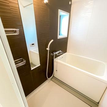 お風呂は追い焚き・浴室乾燥機付き!長風呂も、雨の日の洗濯物も手伝ってくれますよ◎