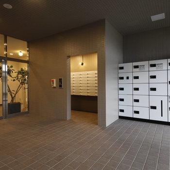 白で統一された宅配ボックス・ポストがあります 照明が素敵