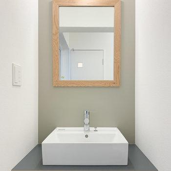 お部屋のアクセントクロスと色を合わせた洗面台。いつもの身支度もここなら特別になりそう!