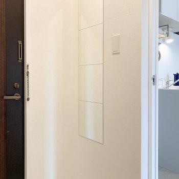 靴箱の反対側には姿見もあり、玄関でコーディネートのチェックができるんです。