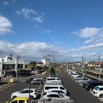 角部屋からは最寄り駅の線路も。空気も澄んでいて、郊外ならではの暮らしが叶いそう◎