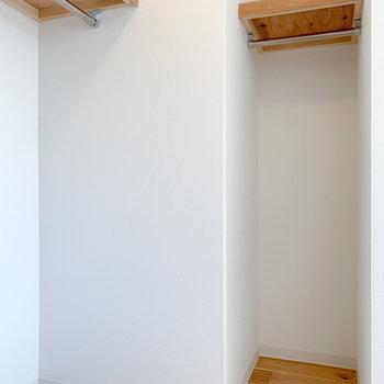ハンガーパイプが2つあるので、洋服の種類や用途に合わせて、置き場を変えることも◎
