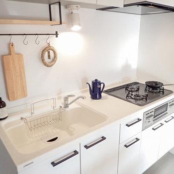 スペースが広いだけでなく、木製の吊り棚など愛着が湧く要素もあり、料理が楽しくなりそう◎