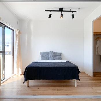 洋室は5帖。タブルベッドを置いてもゆとりがあります。右に見えている空間は……