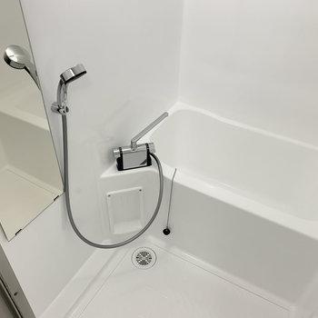 お風呂は元々あったものですが、水栓を交換し、見た目も綺麗に整えました。
