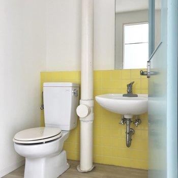 ターコイズブルーのドアを開けると、さわやかなサニタリー!設備品はシンプルです。※写真は4階同間取り・別部屋のものです