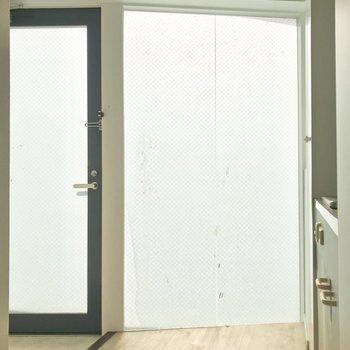 室内でいちばん明るいのが玄関。デザイナーズ感いっぱいです。※写真は4階同間取り・別部屋のものです