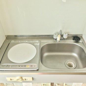 ひとり暮らし向けのコンパクトさ。調理スペースはシンクを活用しましょう。※写真は4階同間取り・別部屋のものです