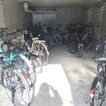 【共用部】マンション入り口の右手に屋内駐輪場があります。