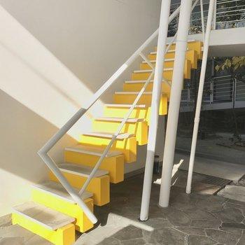 【共用部】エントランスのポップな階段がすてきです。