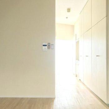 玄関からまっすぐと日光が入ってきます!ちなみに、室内写真の明るさはほぼ日差しです。※写真は4階同間取り・別部屋のものです