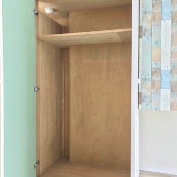 隣のクローゼットには収納ボックスを入れてストック品などを。※写真は4階同間取り・別部屋のものです