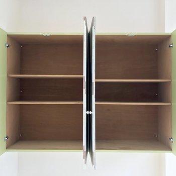 クロスつきの棚。奥行たっぷりなので、普段づかいの日用品はここへ。本棚にしても◎※写真は4階同間取り・別部屋のものです