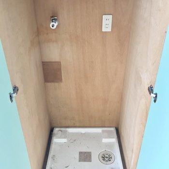 キッチン右手のドアには洗濯パンがありました。※写真は4階同間取り・別部屋のものです