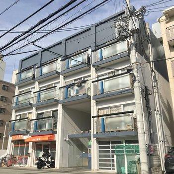 中央大通近くの住宅地の建物。1階には薬局が入っています。