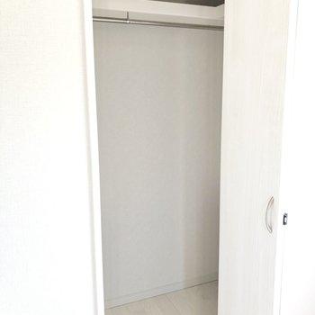 【洋室①】奥行きがあるので、ボックスなども入れて使えそうです。