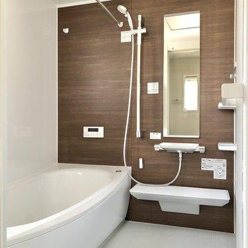 鏡と棚があり快適なお風呂場。