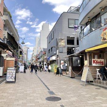 通りにはオシャレなお店もたくさん。