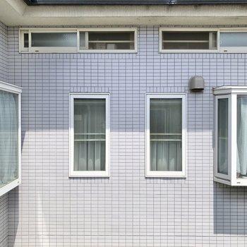 【洋室②】窓からは住宅の壁が見えました。