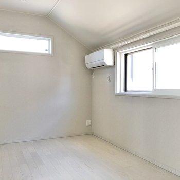 【洋室②】窓辺にベッドを置きたいですね。