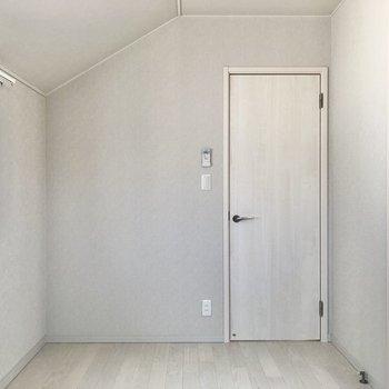 【洋室②】こちらも天井が斜め。なんだか屋根裏部屋のような雰囲気がいいですね。