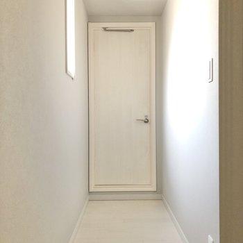 廊下を進み、突き当りにあるサニタリールームへ。