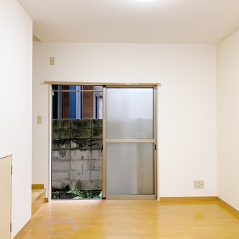 【1階:LDK】1階はリビングルーム。ゆったりできる広さみたい。