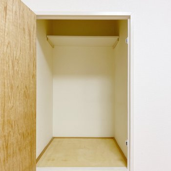 【2階:洋室6帖】中身はコンパクト。押入れ用のミニボックスがちょうど良さそうです。
