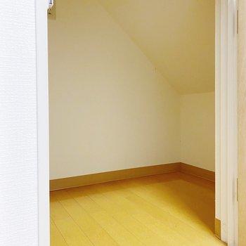 【1階:LDK】キッチン横には階段下収納。天井が斜めになっているので、形に合わせた収納を◯
