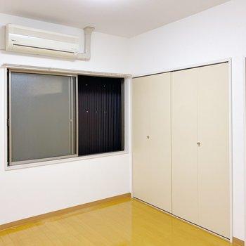 【2階:洋室5.5帖】お隣のビルがすぐ隣で、光少なめの洋室。大切な本や服を日焼けせずに保存できそう。