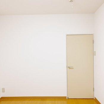 【2階:洋室6帖】こちら側にもコンセント。オシャレな間接照明が似合うかな。