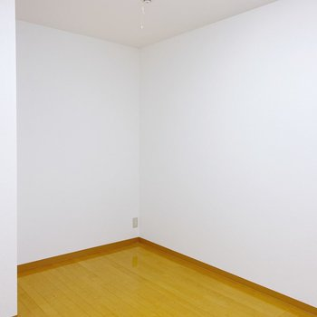【2階:洋室5.5帖】ドアのお隣は少しスペースが。ここは作業部屋にして、デスク置こうかな。
