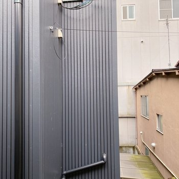 【2階:バルコニー】目の前は隣の民家の壁。目線は気にならないかな。