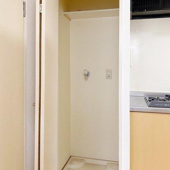 【1階:LDK】キッチンのお隣は洗濯機置場。脱衣所は目の前なのが嬉しいですね。(※写真は清掃前のものです)