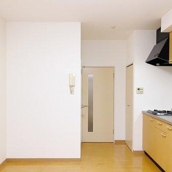 【1階:LDK】1階に降りて、水回りを見ていきましょう〜!