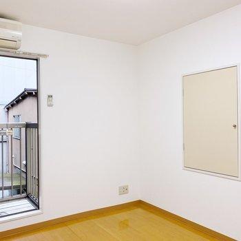 【2階:洋室6帖】収納は高さがあるので、ベッドを置いても収納できちゃうんです。