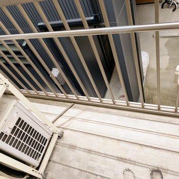 【2階:バルコニー】少しコンパクトなバルコニー。1階より日が入るので洗濯物はこちらに干しましょう。