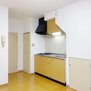 【1階:LDK】くるっと反対側には大きめキッチン。作業スペース広々で料理好きも満足できそう!