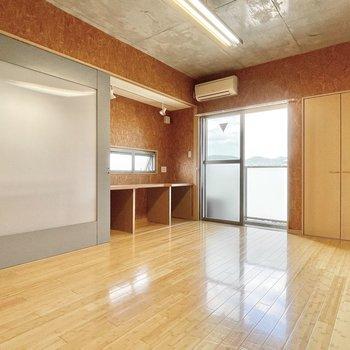 キッチンはスライドドアで隠せて、スッキリとした印象に◎※写真は5階の同間取・別部屋のものです