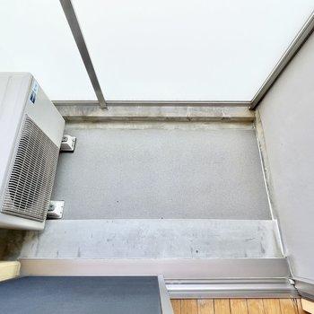 バルコニーはコンパクトサイズ。※写真は5階の同間取・別部屋のものです