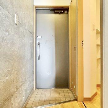 玄関は脱ぎ履きに問題ない広さ。※写真は5階の同間取・別部屋のものです