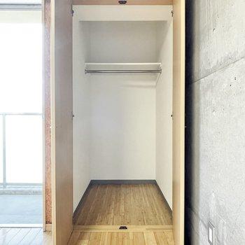 クローゼットは奥にゆったりサイズ。※写真は5階の同間取・別部屋のものです