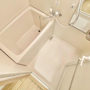 お風呂にはうれしいラック付き◎※写真は5階の同間取・別部屋のものです