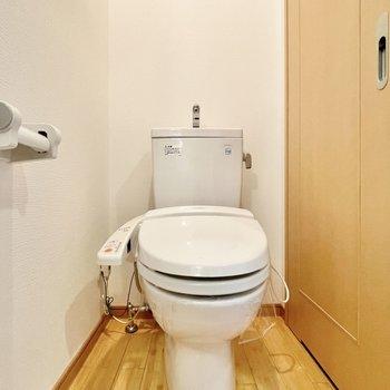 トイレはウォシュレット付き!※写真は5階の同間取・別部屋のものです