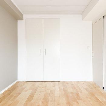 【洋室】こちらはダブルベッドを置いても余裕のある広さです。
