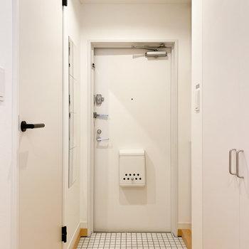 白タイルのかわいらしい玄関です。