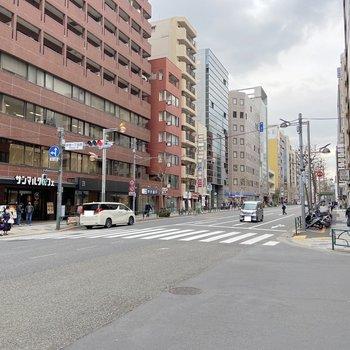 大通りではありますが、お昼は車通りもさほど多くありません。